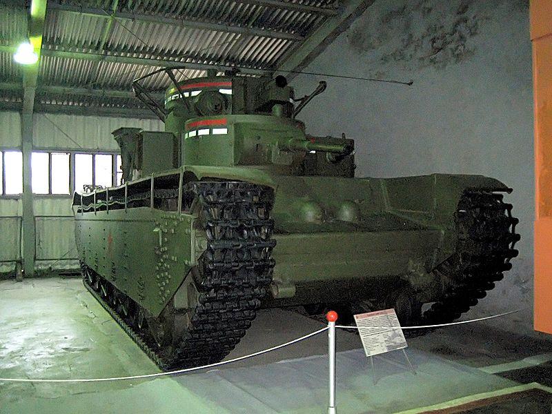Tank T-35 vystavený v tankovém muzeu v Kubince