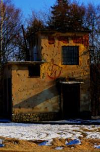 Zdevastovaný dům nese známky poškození od kamene, který se zde těžil