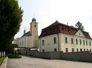 Kostel-a-fara-300x224