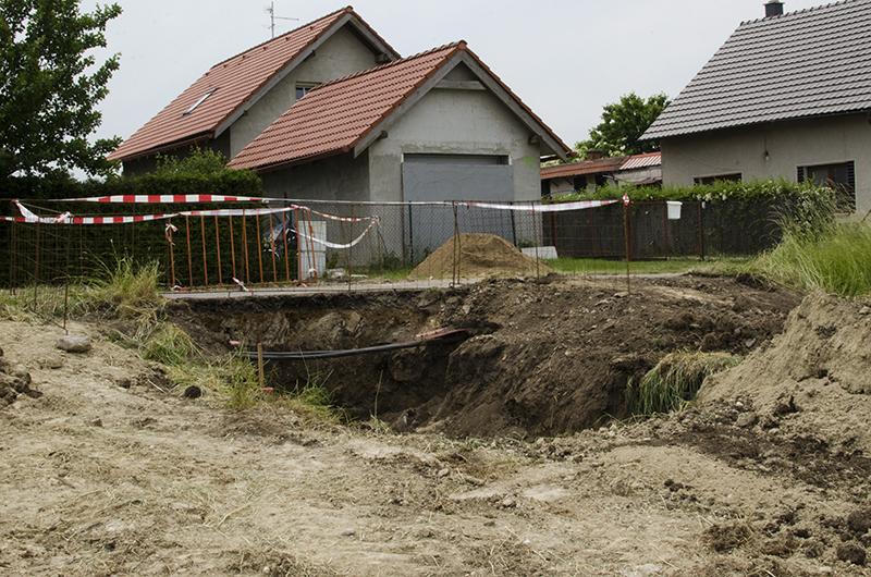 Pod silnicí bylo třeba udělat průtlak pro vodu a kanalizaci...