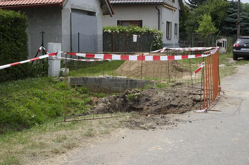 Bohužel došlo k tomu, že stavební firma silnici zúžila cca o 30cm, což je problém pro místní popeláře a autobusy.