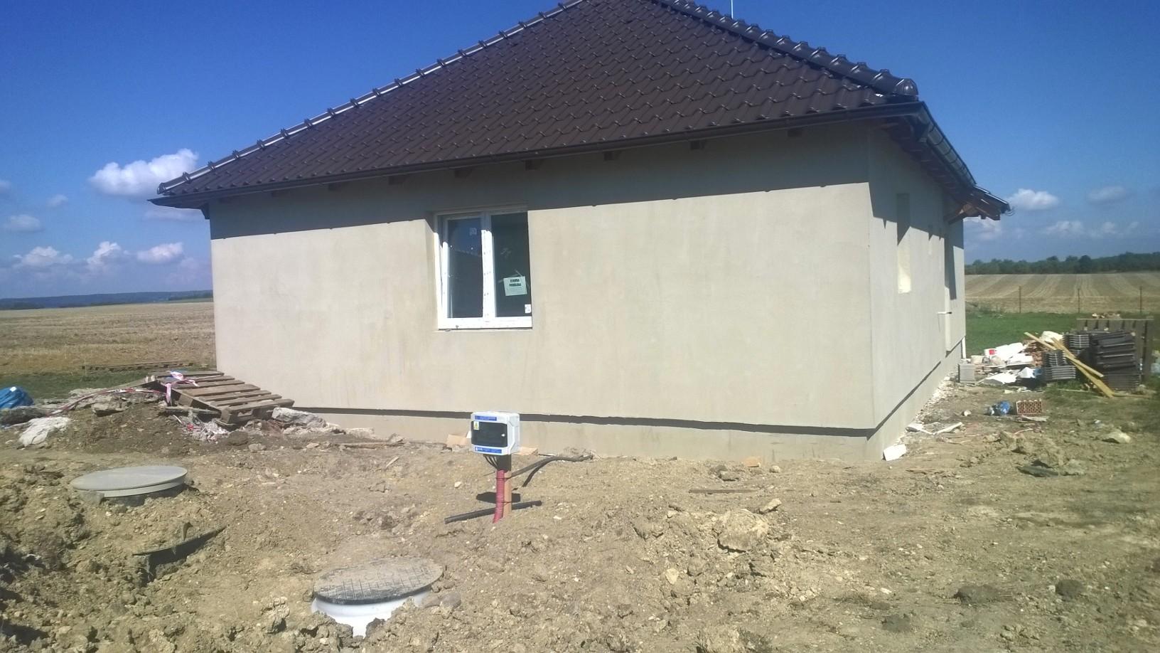Pohled na dům s jímkou a vodoměrnou šachtou