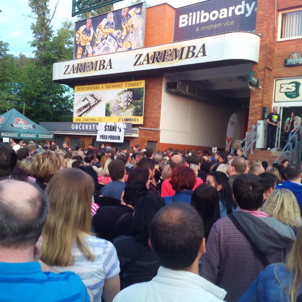 Řady po začátku koncertu ve Zlíně