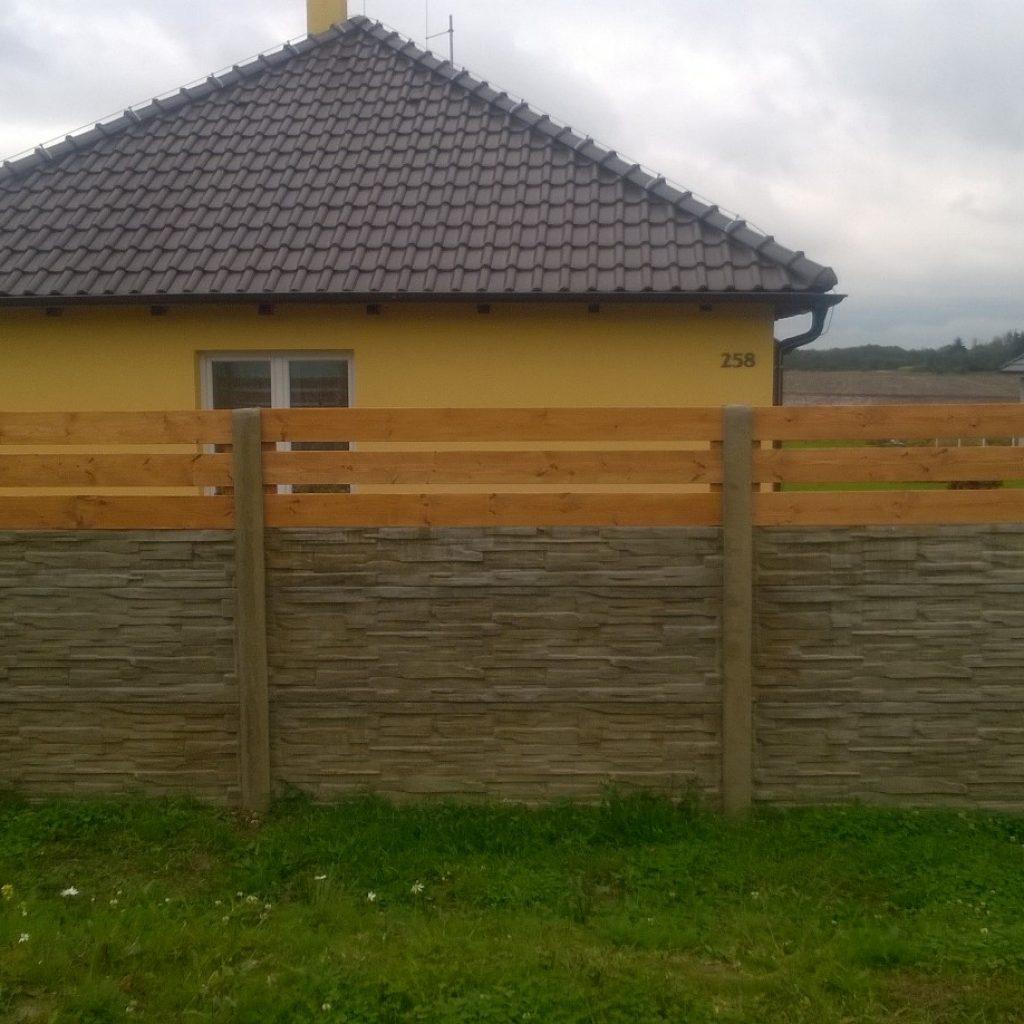 Dřevěné plotovky dodávají plotu styl. Beton moc rád nemám, proto se mi tyto dřevěné prvky líbí. Plotovky jsem samozřejmě opatřili dvojitým nátěrem tenkovrstvou lazurou.