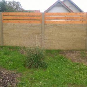Takto vypadá plot z našeho pohledu od domu.