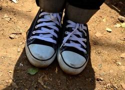 Bravurně ovládají mobil, problém je tkanička od bot